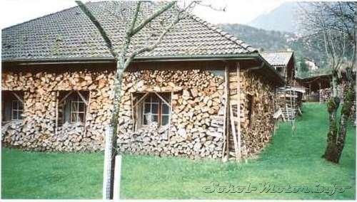 Дрова вокруг дома